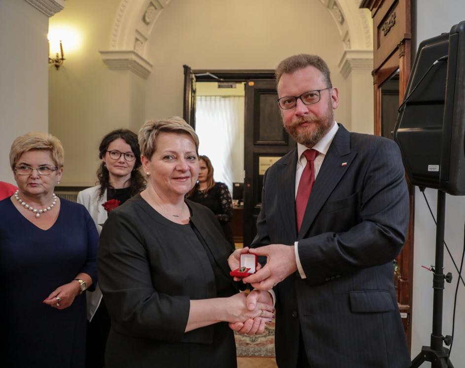 """Honorowa Odznaka  """"Za zasługi dla ochrony zdrowia"""" dla Naczelnej Pielęgniarki SPZOZ w Przeworsku"""